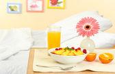 lehká snídaně na nočním stolku vedle postele
