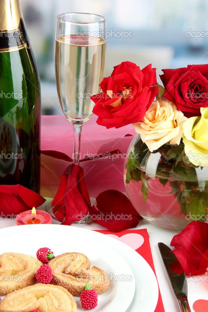 Tabelleneinstellung Ehren Zum Valentinstag Auf Zimmer Hintergrund U2014  Stockfoto