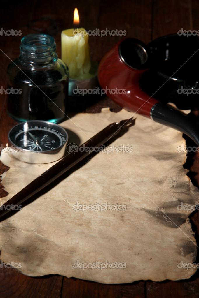 oud papier met inkt pen, een kompas en een sigaar in de buurt van ...