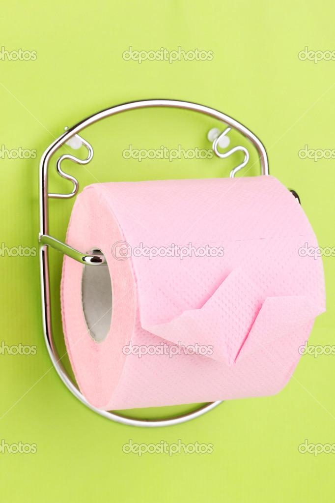 rouleau de papier toilette sur support fixé au mur — Photographie ...