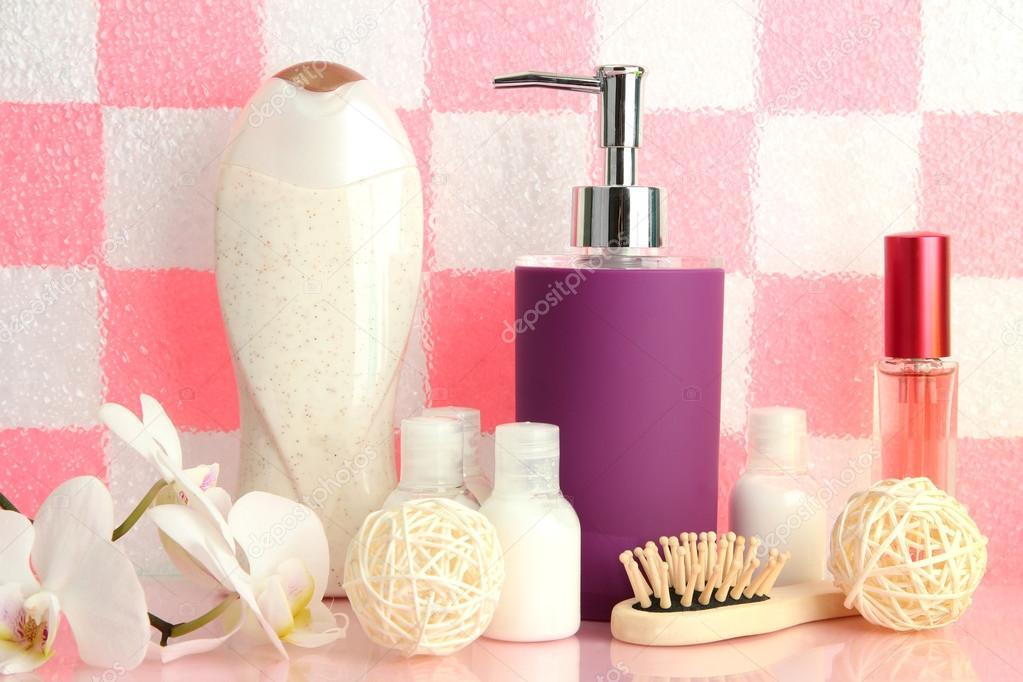 Badkamer Accessoires Roze : Bad accessoires op plank in de badkamer op roze stenen muur