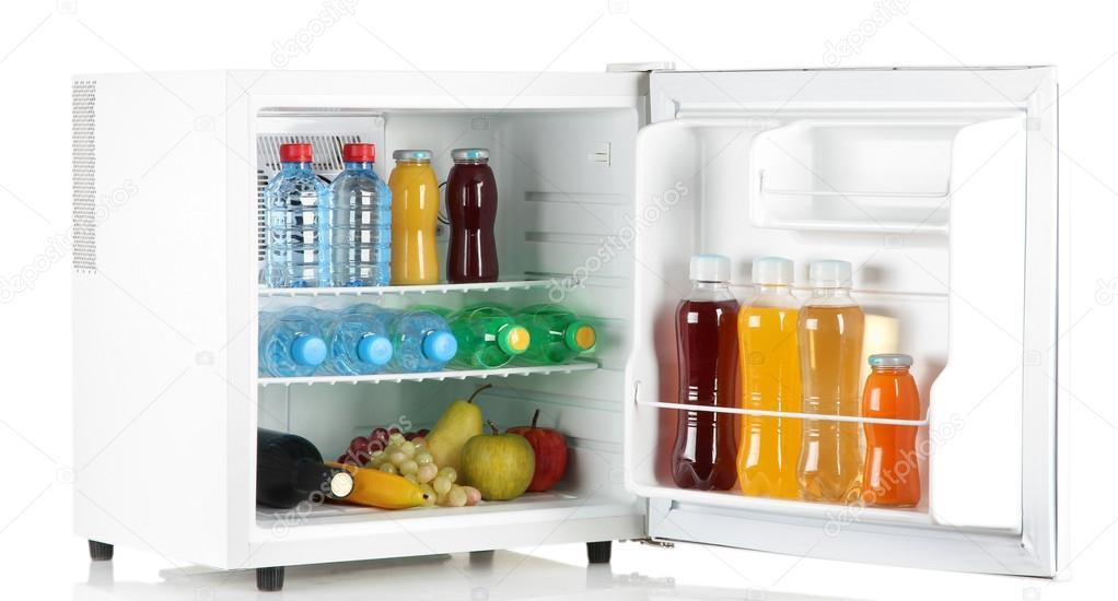Kleiner Kühlschrank Weiß : Mini kühlschrank voller flaschen saft soda und obst isoliert auf