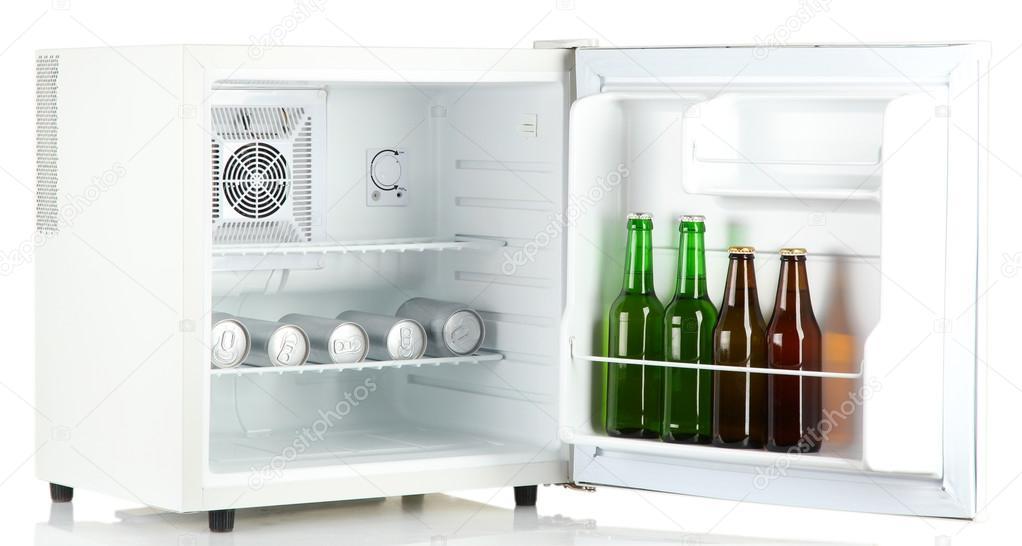 Mini Kühlschrank Für Eine Dose : Mini kühlschrank voller flaschen und dosen bier isoliert auf weiss