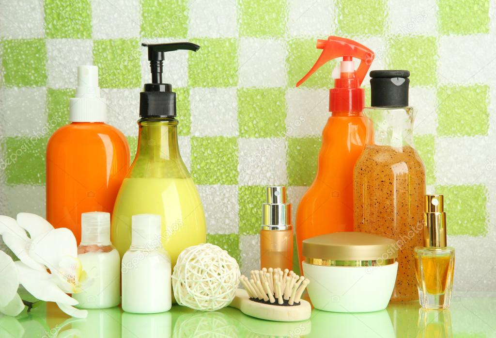 Accessori bagno sulla mensola in bagno verde sfondo muro di