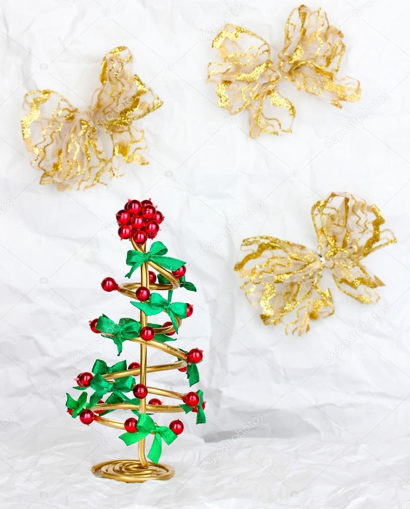 Draht-Weihnachtsbaum auf zerknittertes Papierhintergrund — Stockfoto ...