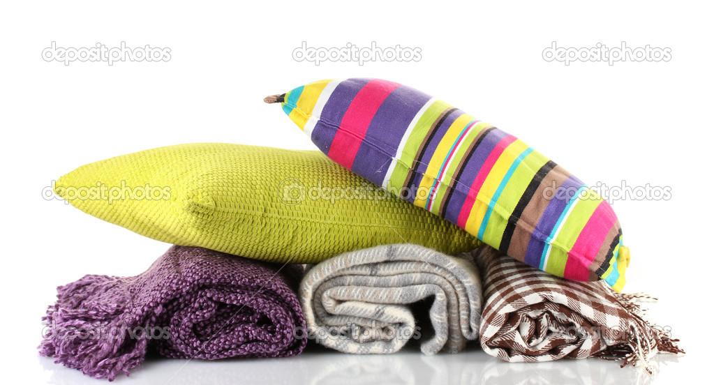 Plaids en kleur kussens geïsoleerd op wit u stockfoto