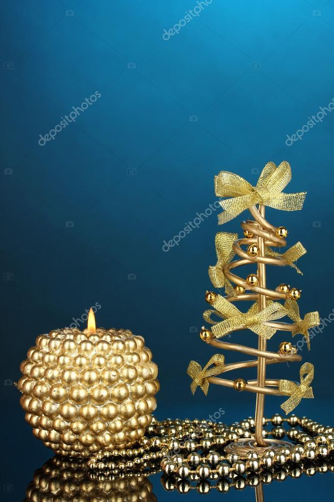 Draht-Weihnachtsbaum mit Perlen und Kerze auf blauem Hintergrund ...