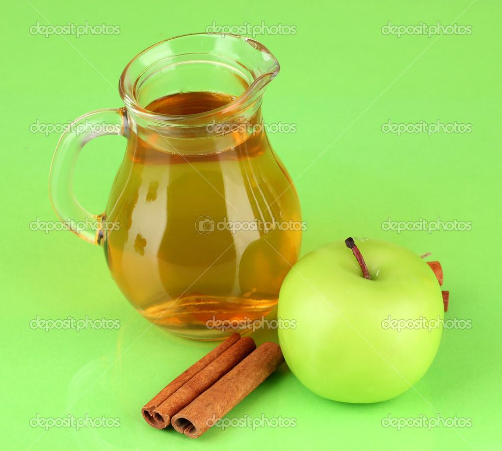 jarro lleno de jugo de manzana y manzana sobre fondo de color ...