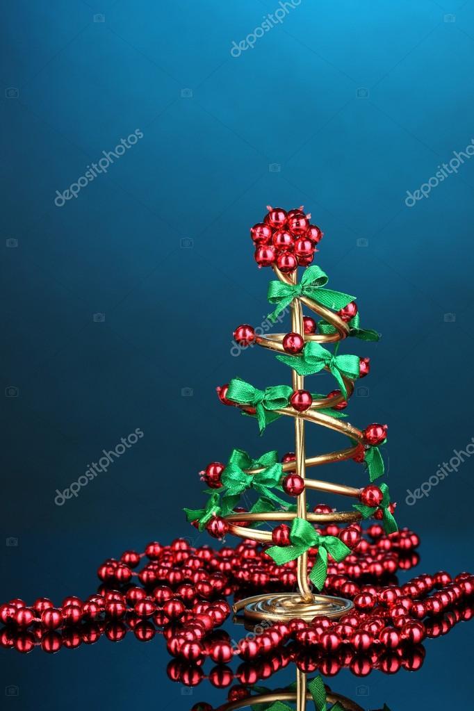 Draht-Weihnachtsbaum mit Perlen auf blauem Hintergrund — Stockfoto ...