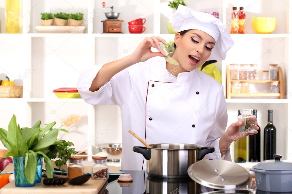 Junge Frau Koch Kochen in der Küche — Stockfoto © belchonock #18925659