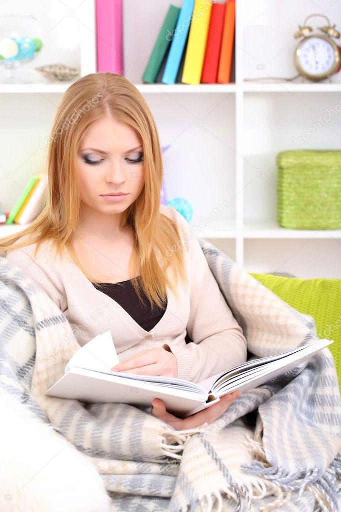 сидит на лице и читает журнал сказать