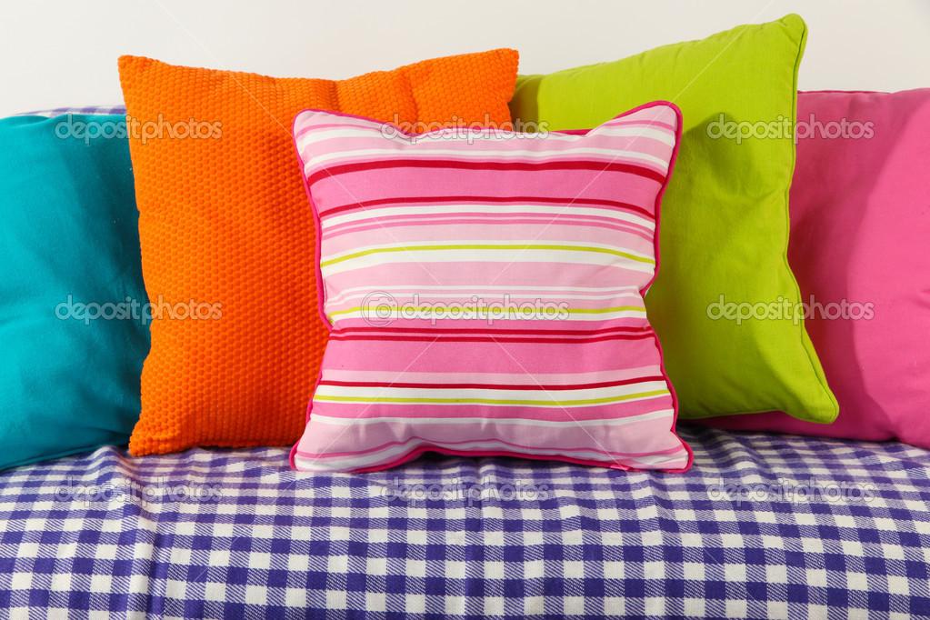 Kleurrijke kussens op bank geïsoleerd op wit u stockfoto