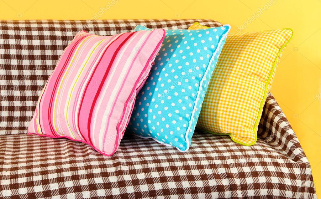 Bunte Kissen Auf Sofa Auf Gelbem Grund Stockfoto C Belchonock