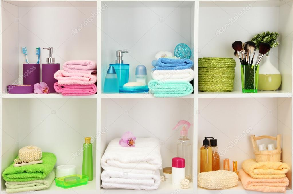 Bad accessoires op planken in badkamer u stockfoto belchonock