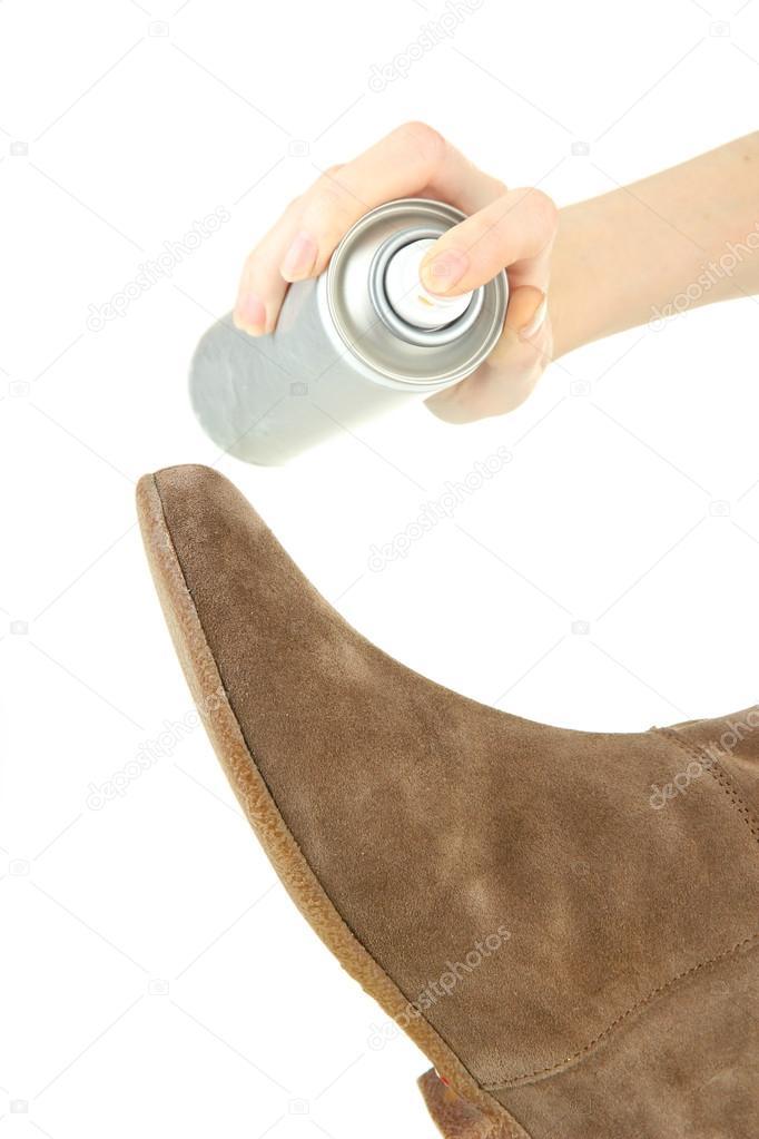 processus de nettoyage des chaussures en daim isol s sur blanc photographie belchonock. Black Bedroom Furniture Sets. Home Design Ideas