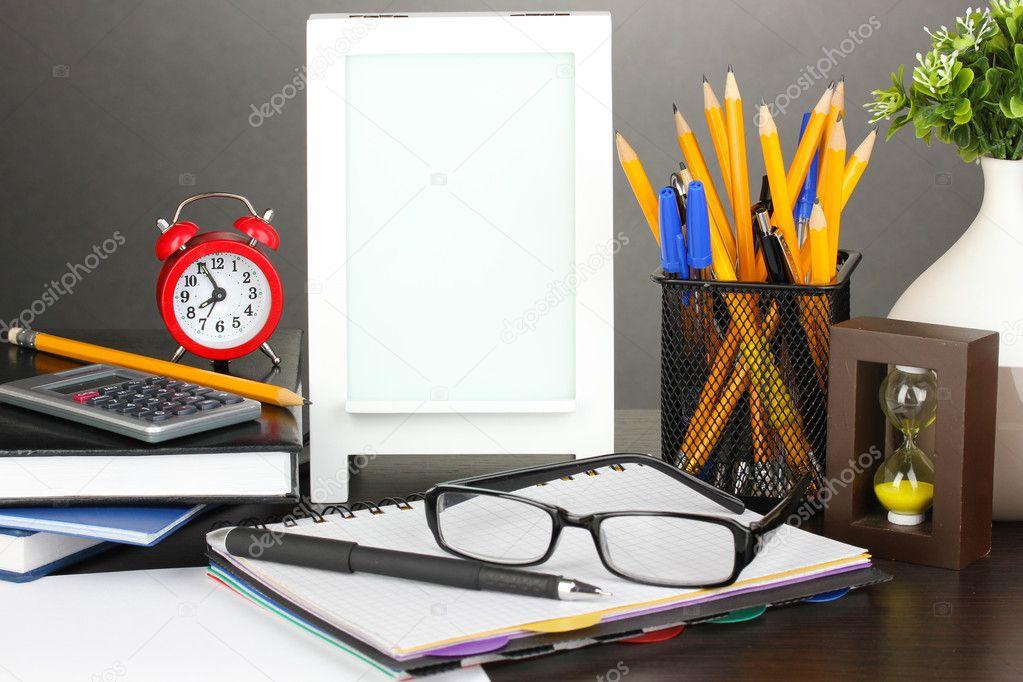 weißer Fotorahmen auf Schreibtisch auf grauen Hintergrund ...