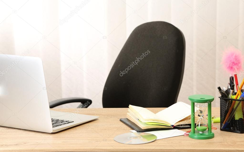 Sfondo Desktop Stanza Ufficio : Moderni personal computer desktop in ufficio stanza u foto stock