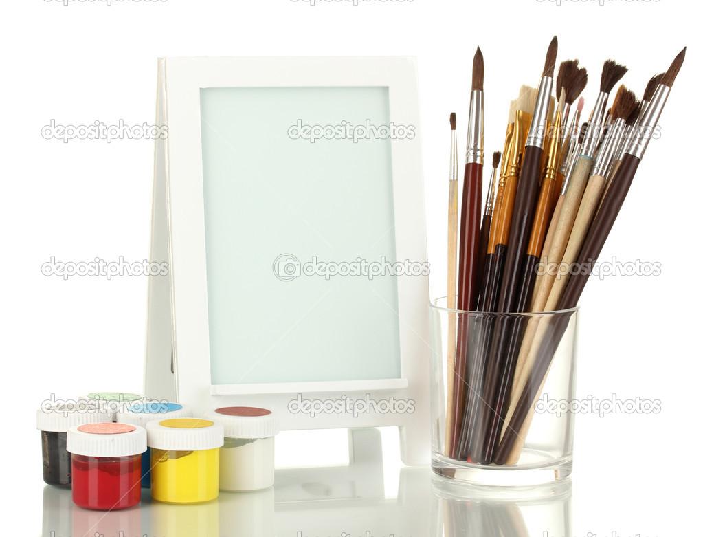 Bilderrahmen als Staffelei mit Künstler-Tools isoliert auf weiß ...