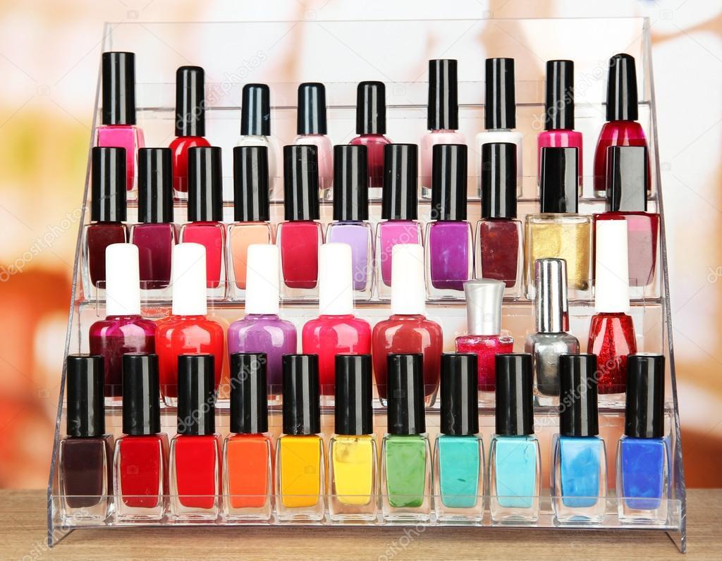 esmaltes de uñas brillantes en estante de salón de belleza — Fotos ...