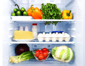 Fotografie lednice plná potravin