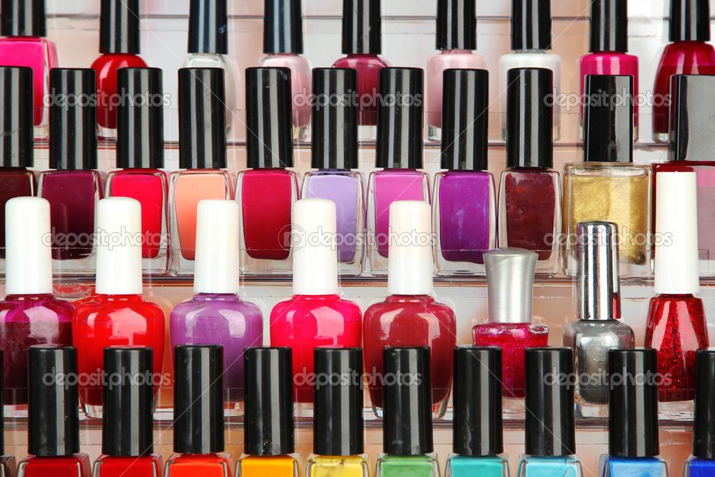 esmaltes de uñas brillantes en estante, cerrar — Foto de stock ...