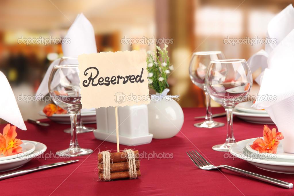 Letrero reservado mesa de restaurante con platos vac os y for Mesas de restaurante precios