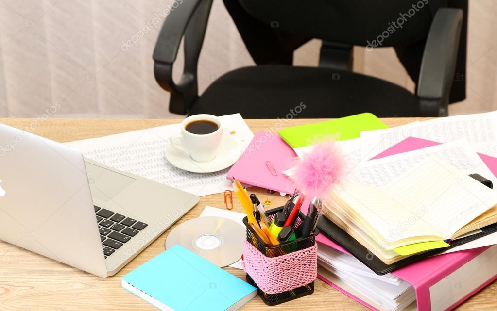 Office Desktop Im Hintergrund Zimmer Stockfoto C Belchonock 23055280