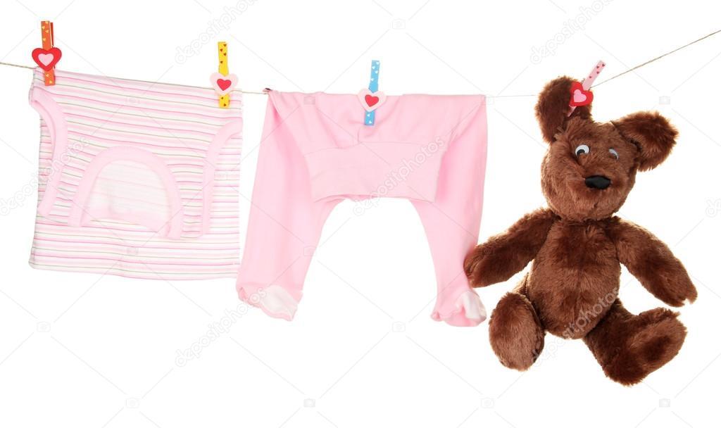 赤ちゃんの服を物干し綱、白で隔...