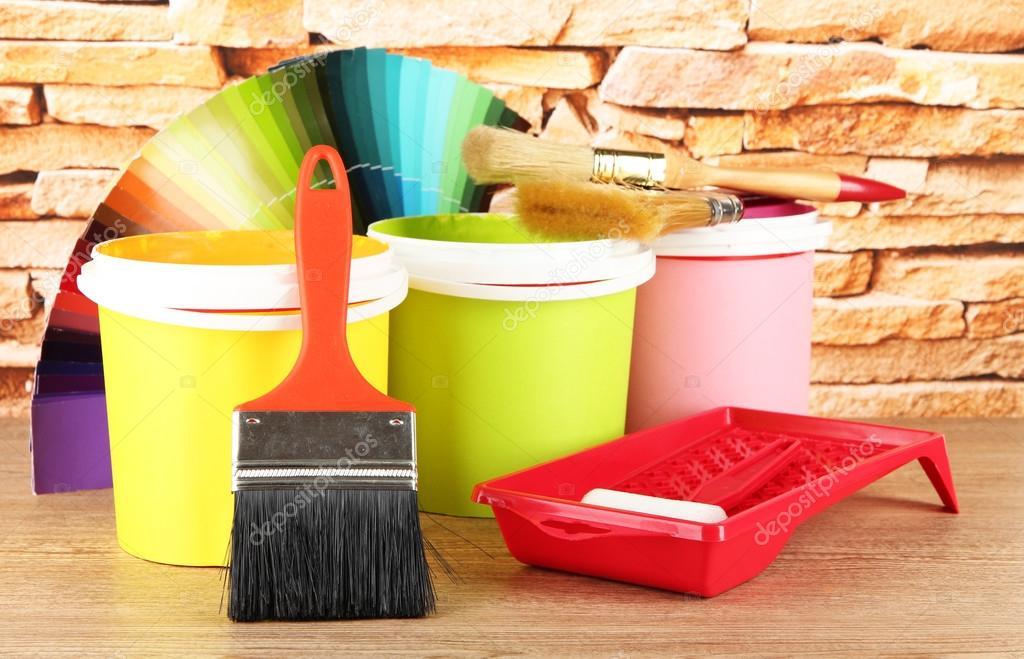 Houten Tafel Opknappen : Schilderen van potten verfborstels en gekleurde stalen op houten