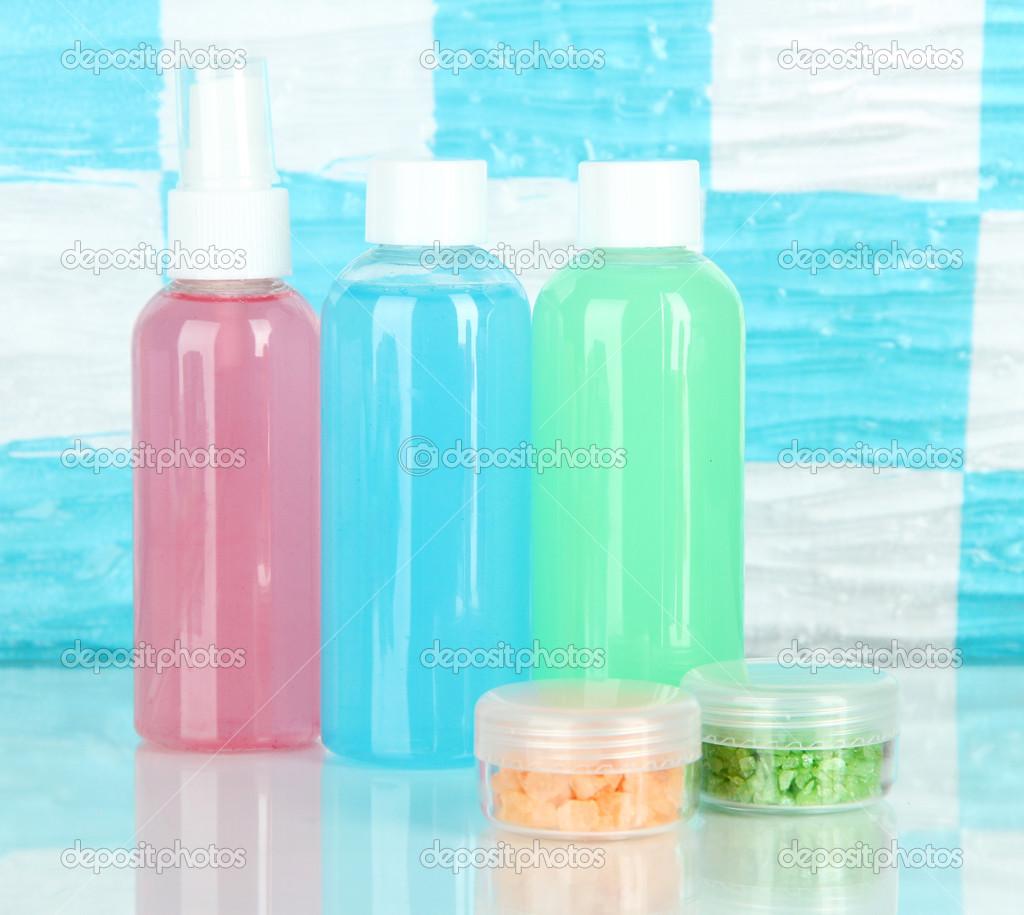 Hotel cosmetica kit op plank in de badkamer — Stockfoto © belchonock ...