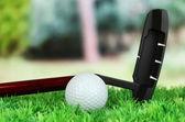 golfový míček a řidič na zelené trávě venkovní zblízka