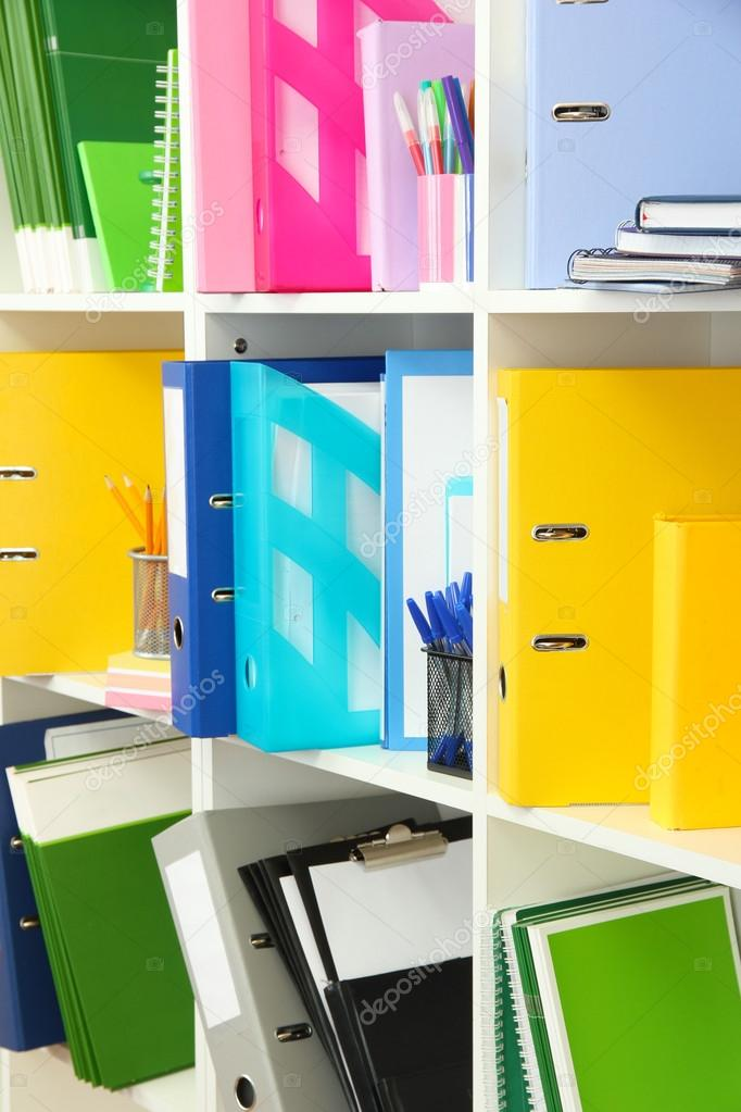 Blanco oficina estantes con diferentes art culos de for Estantes para oficina precios