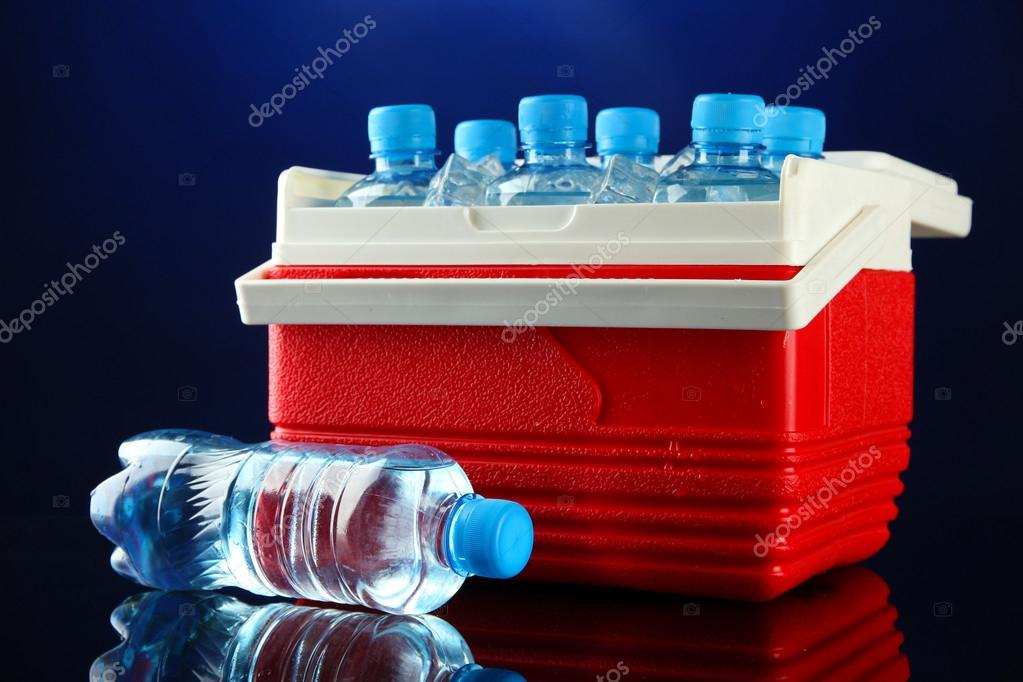 Kühlschrank Würfel : Reisen kühlschrank mit flaschen wasser und eis würfel auf blauem