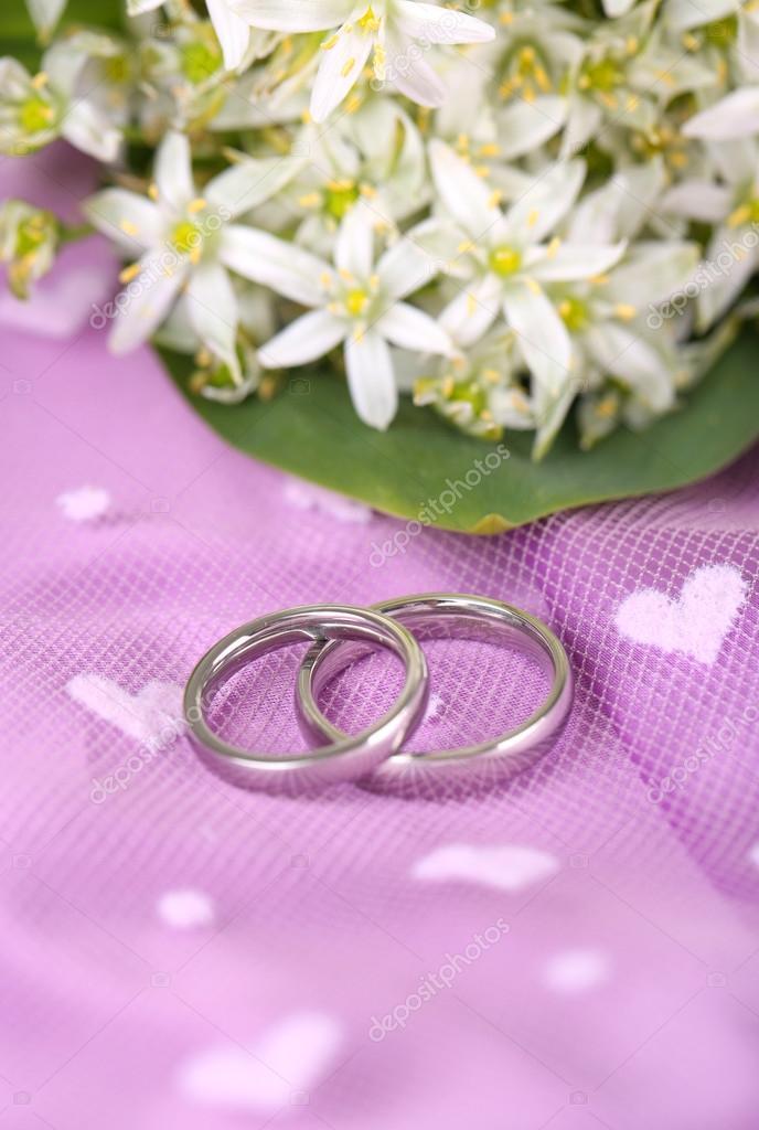 anillos de boda hermosos sobre fondo púrpura — Fotos de Stock ...