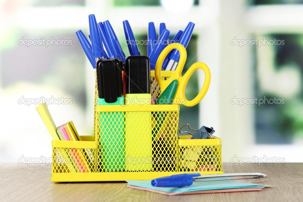 Matériel de bureau dans jaune support stationnaire sur une table