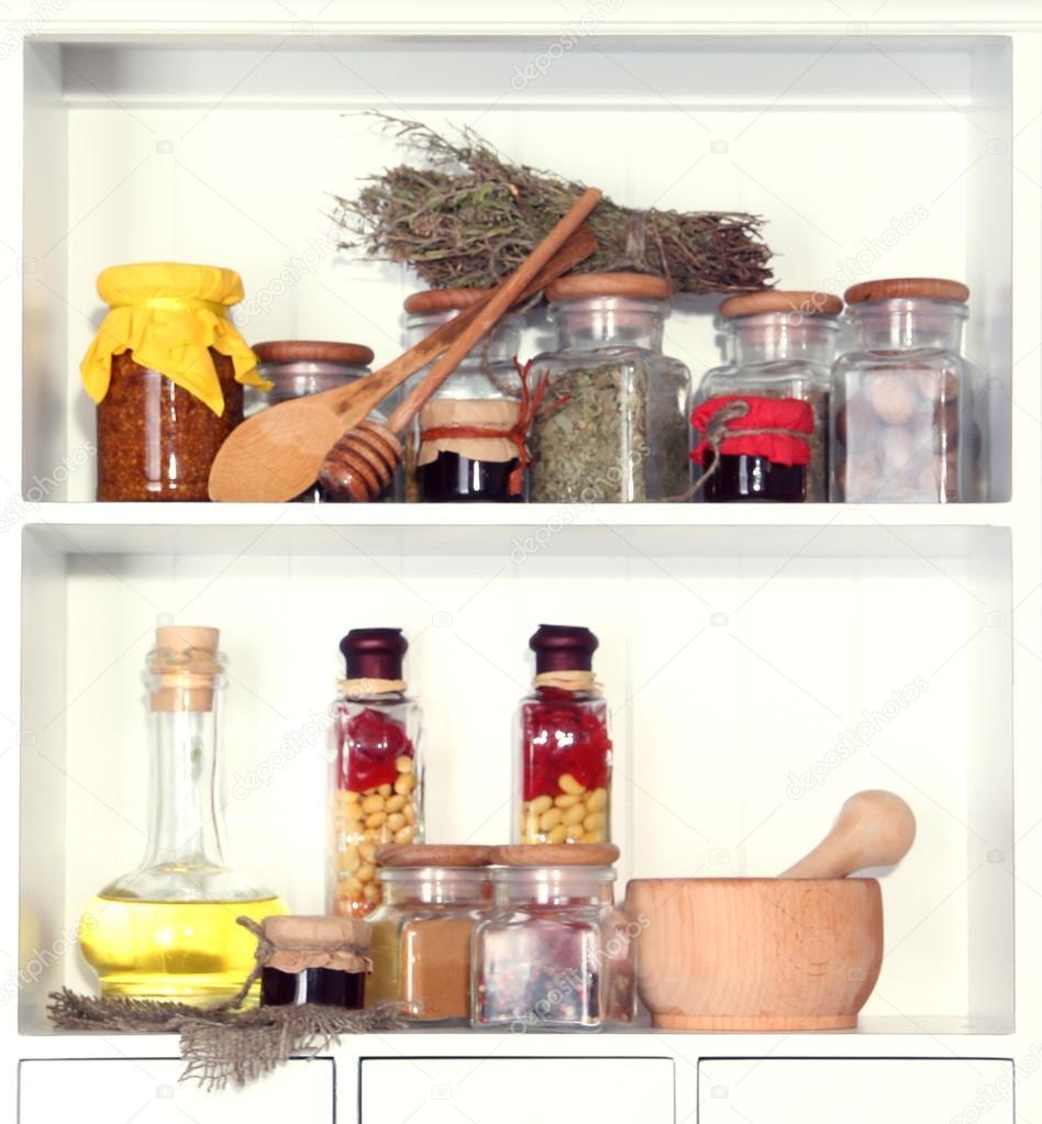 verschiedene Gewürze Küche Regal — Stockfoto © belchonock #26685927