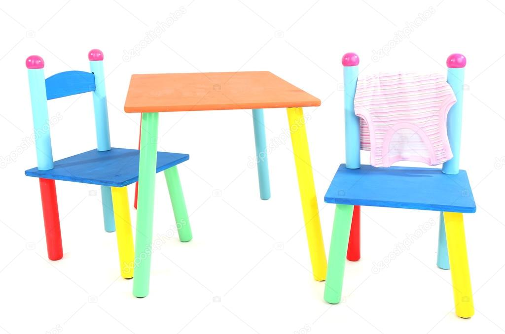 Kleine en kleurrijke tafel en stoelen voor kleine kinderen