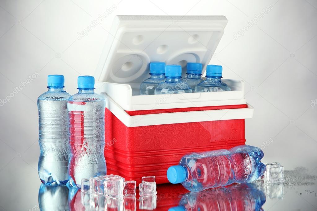 Kühlschrank Würfel : Flaschen wasser und eis würfel in reisen kühlschrank stockfotos