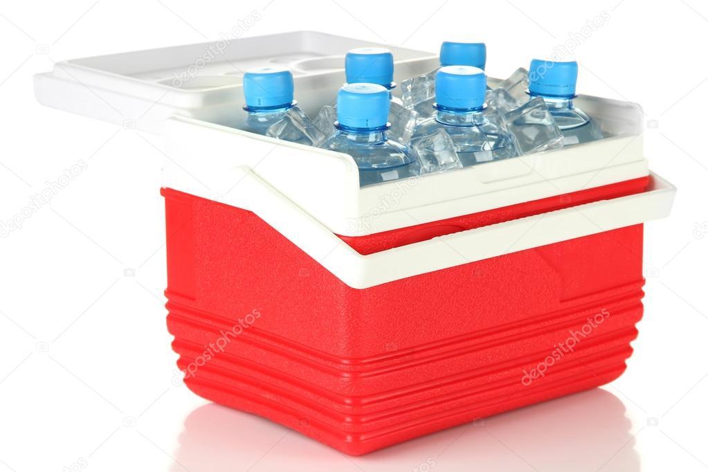 Kühlschrank Würfel : Reisen kühlschrank mit flaschen wasser und eis würfel isoliert auf