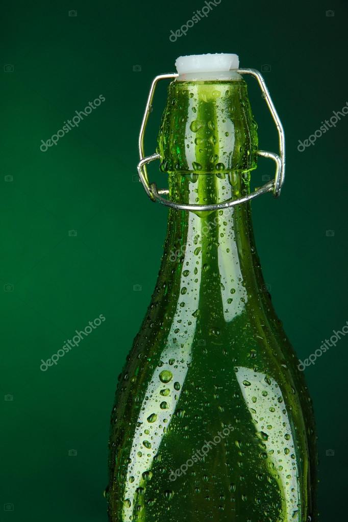 Foto Verde Bottiglia Bottiglia Colorata Su Sfondo Verde Scuro
