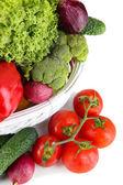 čerstvá zelenina v bílém proutěném koši zblízka