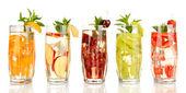 Gläser mit Fruchtgetränken mit Eiswürfeln isoliert auf weiß