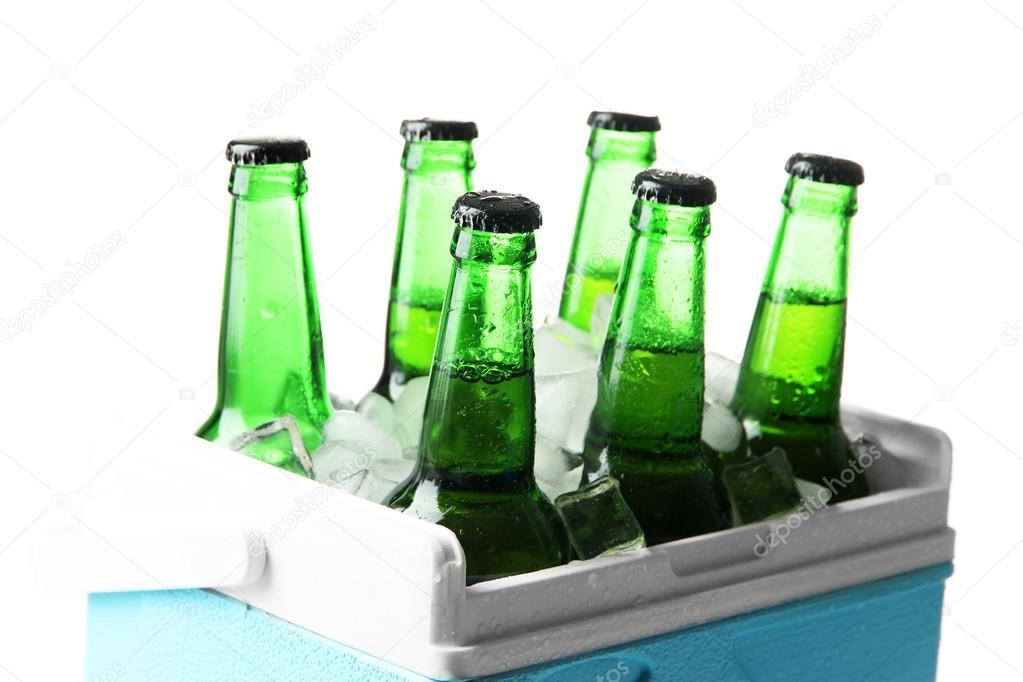 Kleiner Kühlschrank Eiswürfel : Flaschen bier mit eiswürfeln in mini kühlschrank isoliert auf weiss