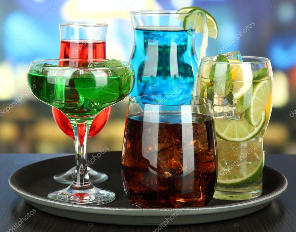 Vele glazen cocktails op lade op tafel op lichte achtergrond stockfoto belchonock 30418149 - Scandinavische cocktail tafel ...