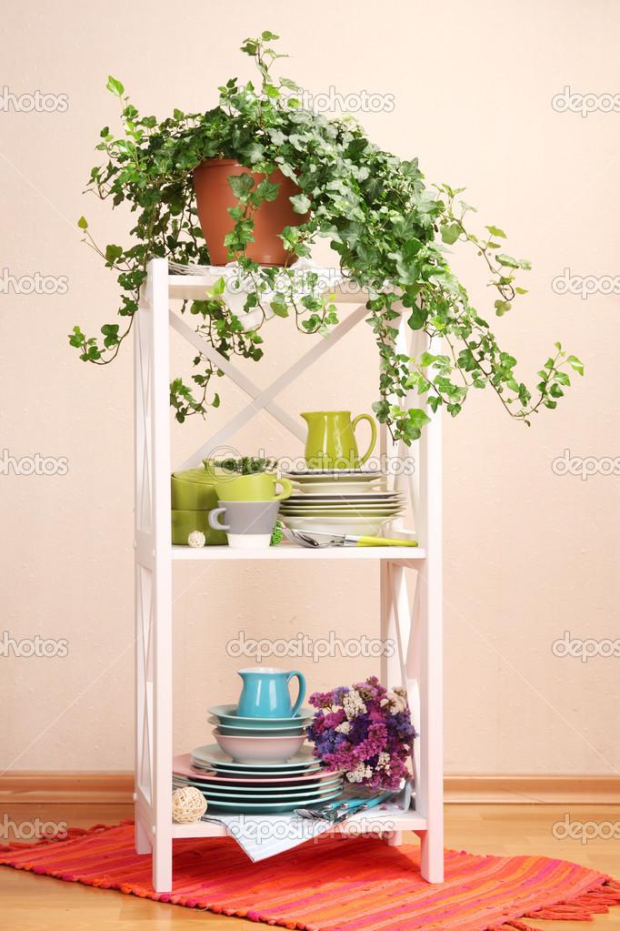 Mooie witte planken met vaatwerk en decor op een muur achtergrond kleur stockfoto - Kleur muur slaapkamer kind ...