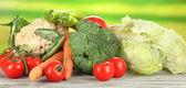 čerstvá zelenina v koši na dřevěný stůl na přírodní pozadí