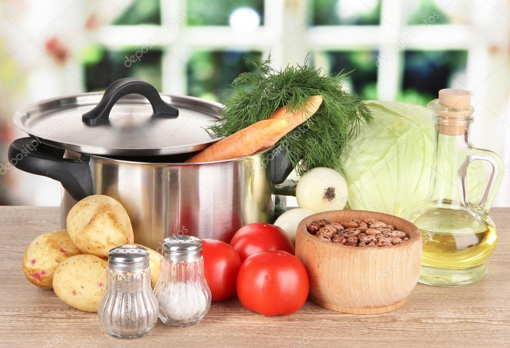 Ingredientes para cocinar borsch de sobre mesa de cocina for Ingredientes para cocinar