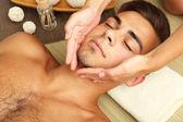 Muž s masáž hlavy zblízka