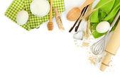 Főzés koncepció. Sütési alapanyagok és konyhai eszközöket elszigetelt fehér