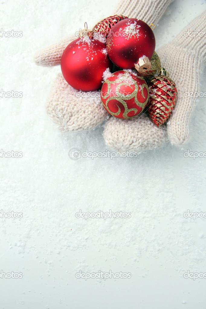 mujer las manos en guantes de bolas de árbol de Navidad, sobre fondo ...